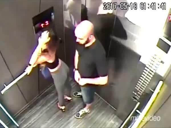 Svádění ve výtahu
