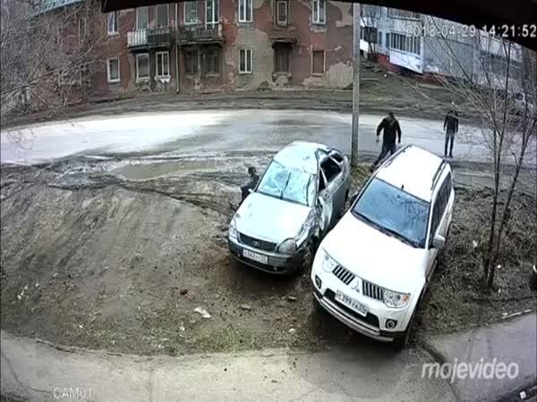 Mitsubishi zaparkovalo velmi špatně