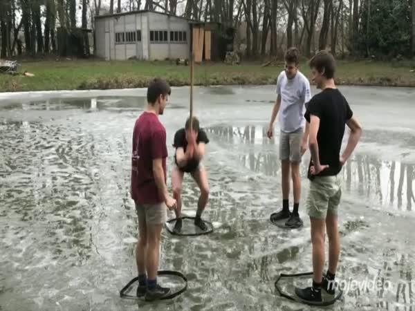 Hra zvaná ledová kálačka