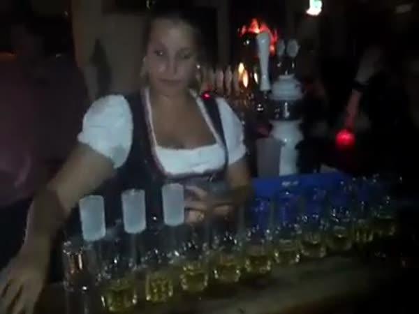 Příprava Jägerbombs v dánském baru