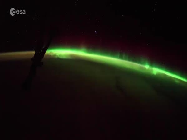 Polární záře a východ Slunce z kosmu
