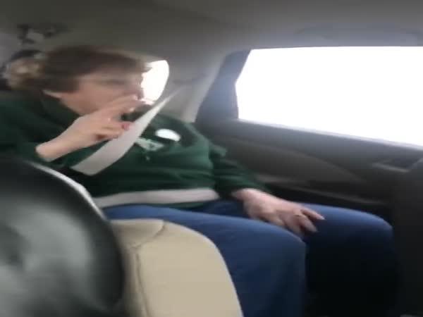 Rocková babička v autě