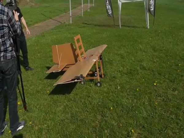 Židle z Ikey umějí létat!