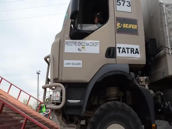Tatra 810 4x4 na extrémní překážce