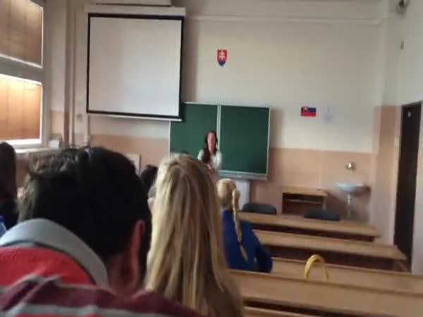 Slovensko: Studentka musela dřepovat