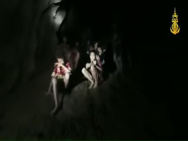 V jeskyni našli 13 mladých fotbalistů