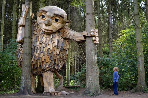 GALERIE - Dřevěné sochy v lese