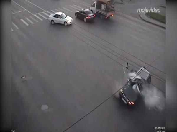 Motorkou skoro rozpůlil auto