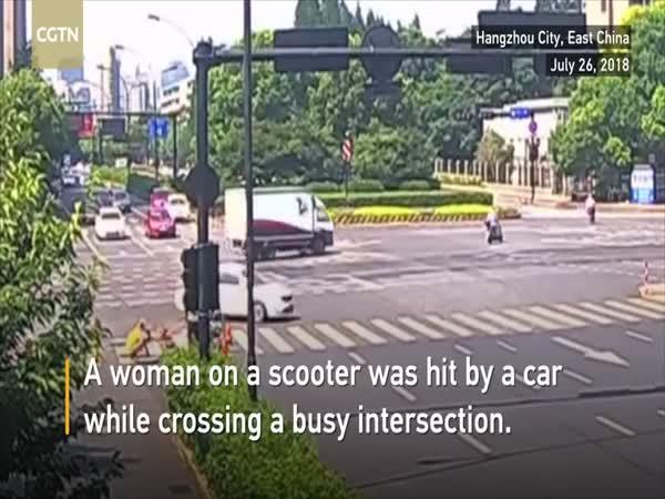Žena na mopedu měla dvojí smůlu