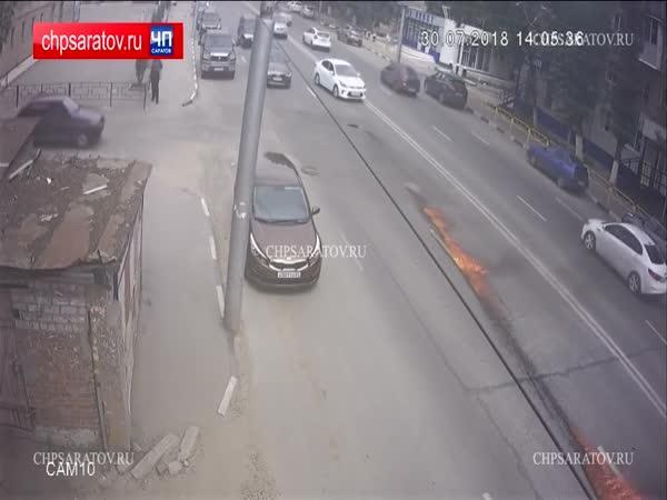 Kanalizační poklop vs. Audi (Rusko)