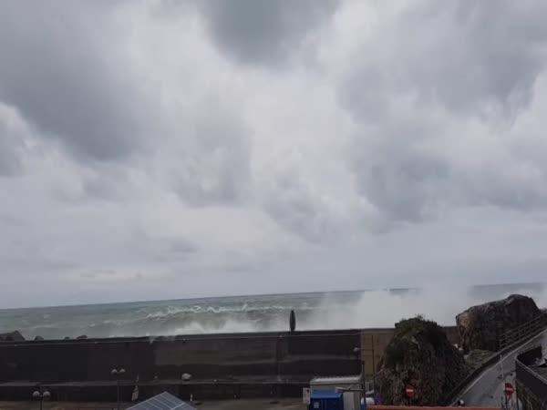 Silné vlnobití v italském přístavu