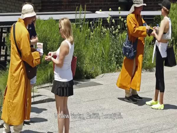 Falešní mniši v ulicích Prahy