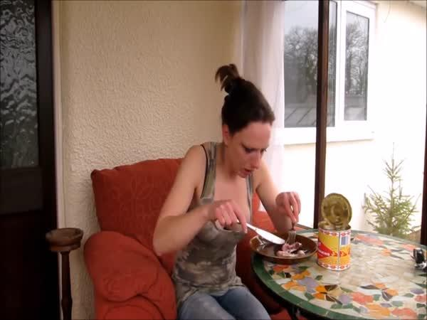Mladá žena ochutnala surströmmingu