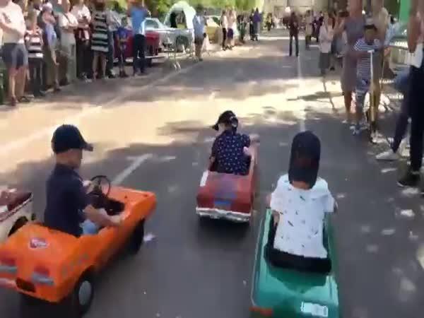 Závody na šlapacích autíčkách