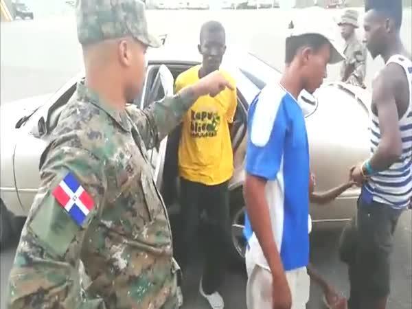 17 uprchlíků v jednom autě