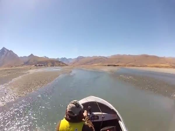 Chtěl se dostat přes řeku až k jezeru