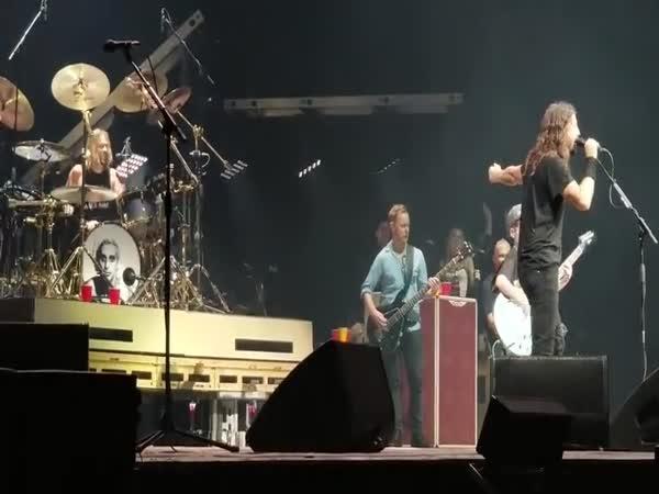 Dave přizval na pódium mladého kytaristu