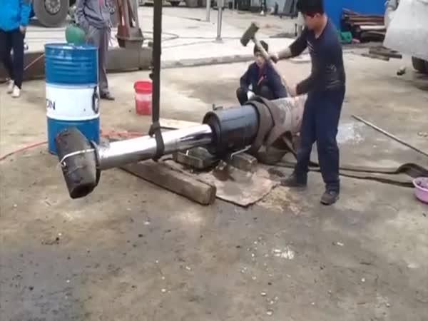 Nedráždi hydraulický píst!