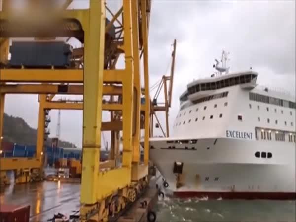 Srážka trajektu s jeřábem