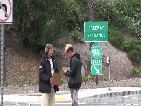 Co udělá bezdomovec s penězi?