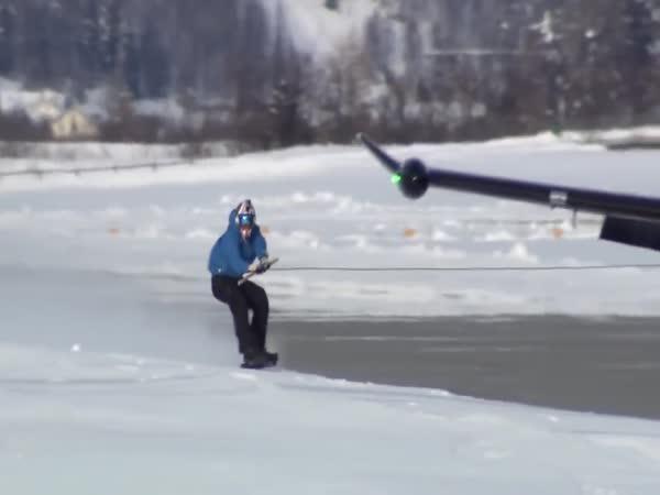 Snowboarďáka táhne letadlo