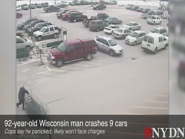 92letý stařík vyjíždí z parkoviště