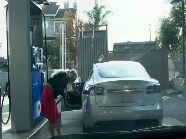 Blondýna tankuje elektromobil