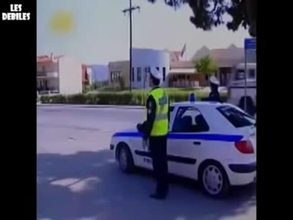 Motorkář si vychutnal policajta