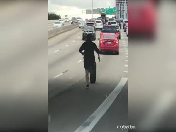 Chlápek nahání pneu na dálnici