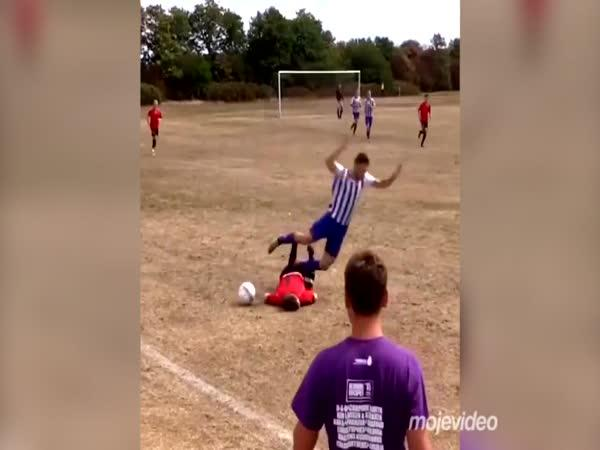 Fotbalový zákrok, který jste ještě neviděli
