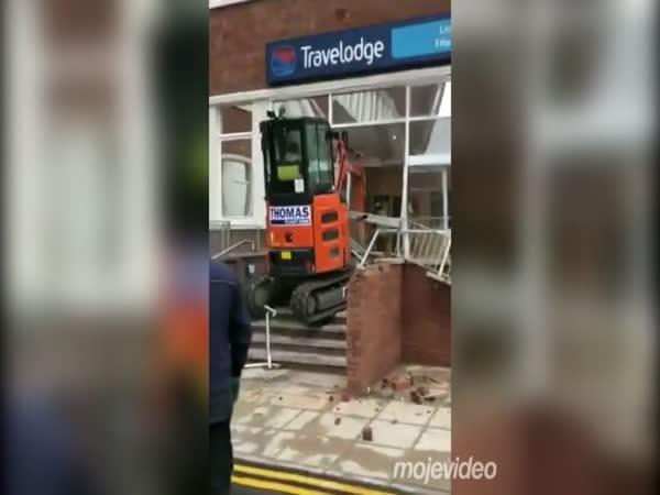Výplata nepřišla včas, bagrem zdemoloval budovu
