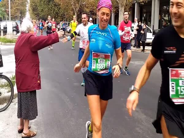 Babička si přišla plácnout na maraton