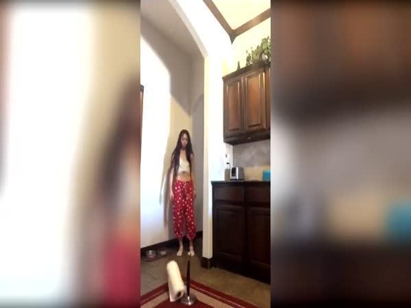 Když se dívka snaží natočit trik