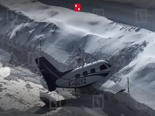 Nehoda – Pilot zarazil letadlo do sněhu