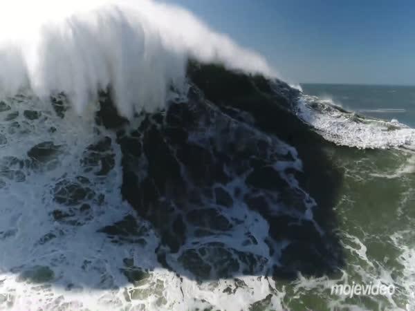 Surfaři na 20metrových vlnách