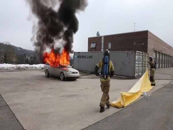 Přikrývka na rychlé hašení hořícího auta
