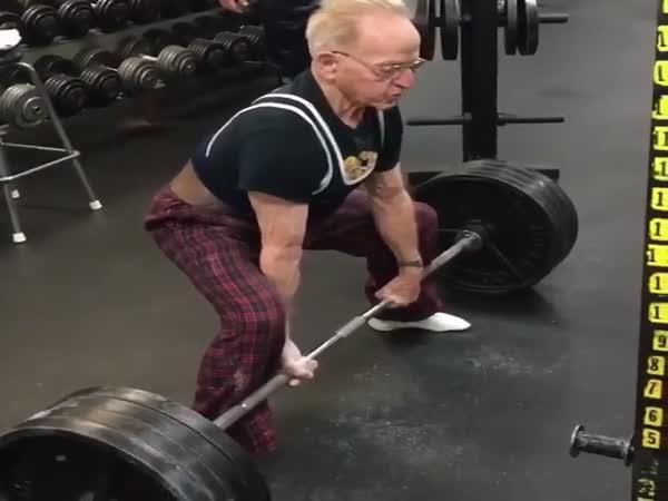 Zvedá 180 kg v 89 letech