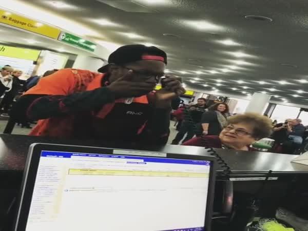 Když se beatboxer rozhodne zabavit lidi na letišti