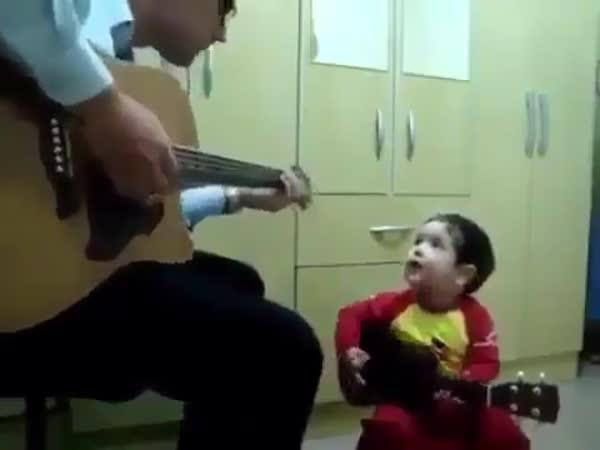 Otec se synem hrají na kytaru