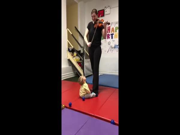 Dítě naprosto šokováno z houslí!