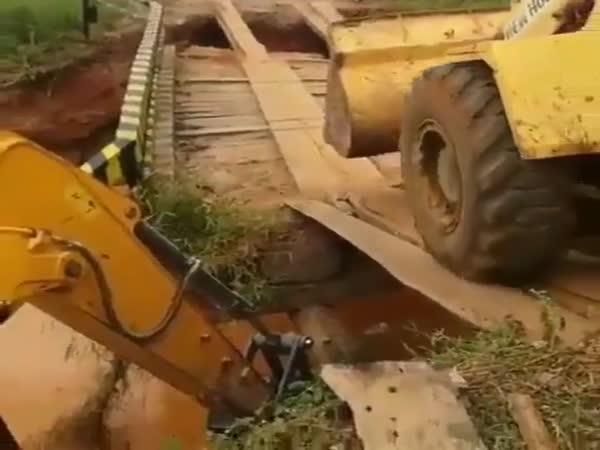 Bagr na dřevěném mostě