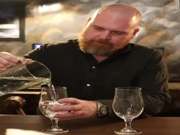 Zvukový rozdíl mezi vodou a pivem