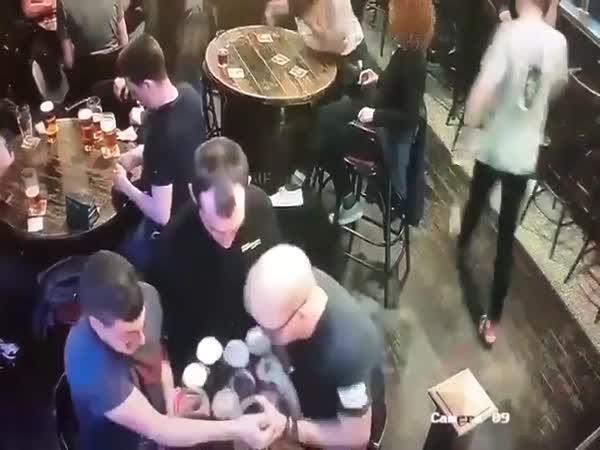Rozlité pivo všude kolem!