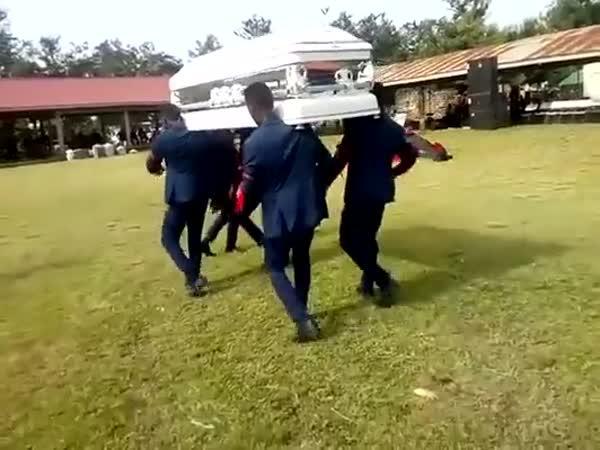 Když na pohřbu vysypete rakev
