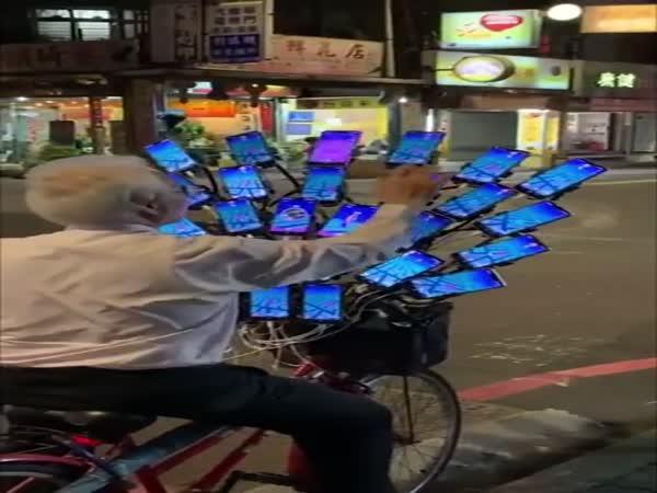 Důchodce hraje Pokemon GO na 30 mobilech