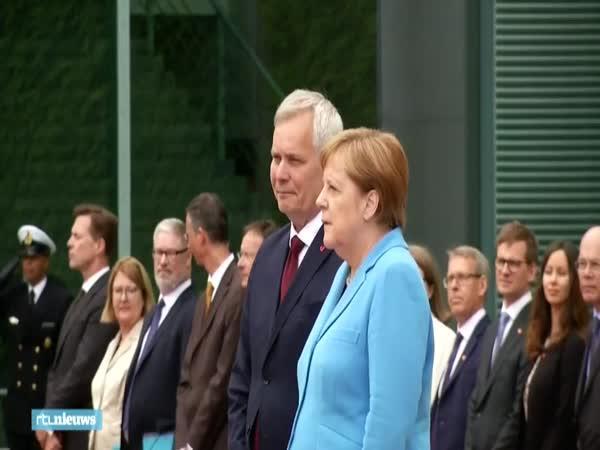 Angela Merkelová se na setkání opět třásla