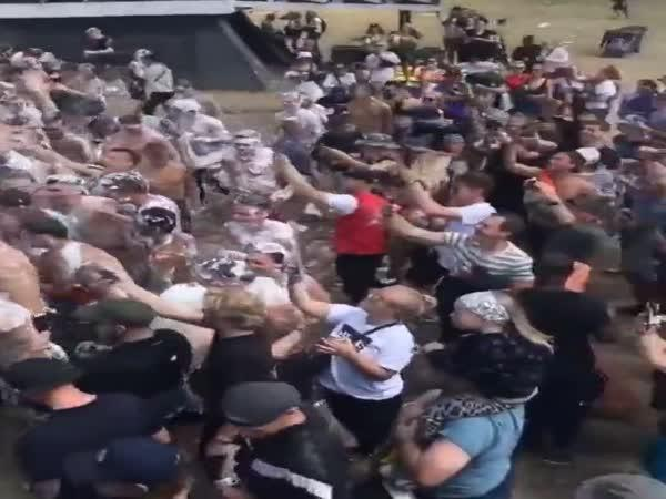 Dánští policisté zasahují během festivalu
