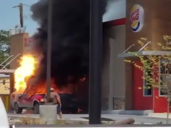To hořící auto vypadá bezpečně!