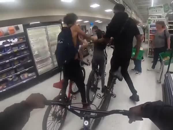 Na kolech v supermarketu