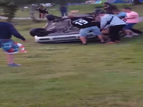 Na fesťáku táhli auto do vody